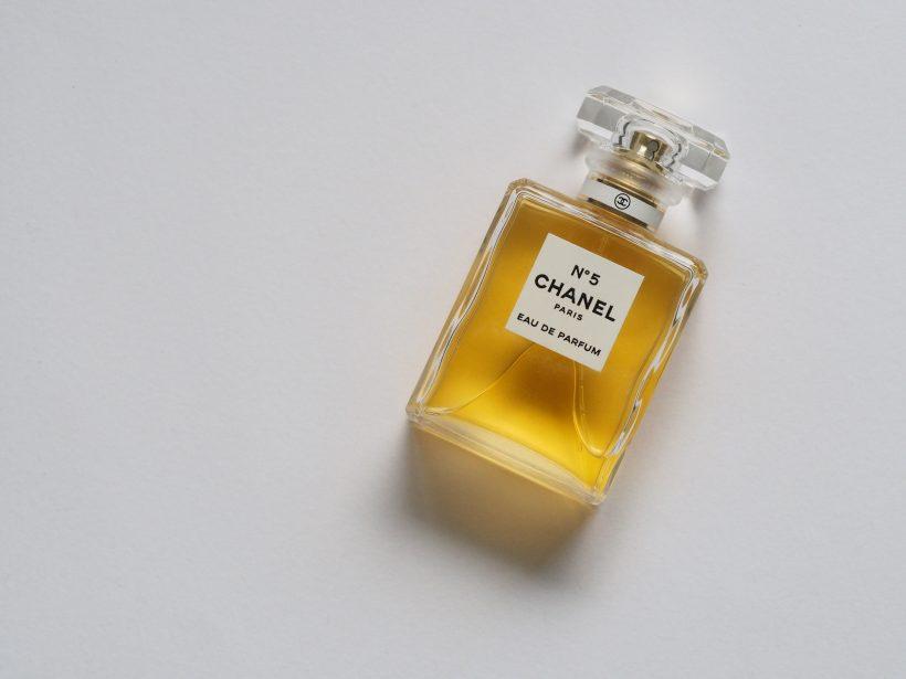 Pourquoi certains noms de parfums frisent-ils le ridicule ? Découvrez les flankers.